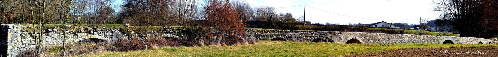 Le pont roman à cheval sur les communes de La Sauvetat-du-Dropt et d'Agnac